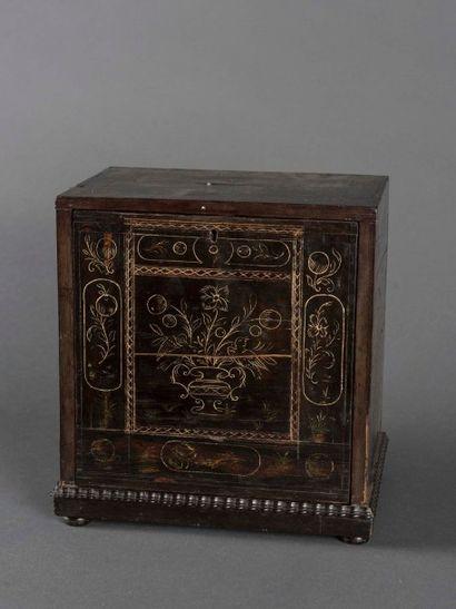 Cabinet de voyage en ébène gravé de motifs...