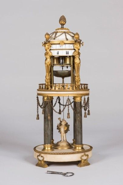 Pendule en marbre blanc et bronze doré. Modèle...