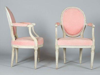 Paire de fauteuils en bois laqué mouluré,...