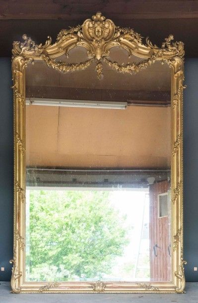 Paire d'importants miroirs en stuc doré,...