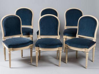 Suite de six chaises en bois mouluré et relaqué...