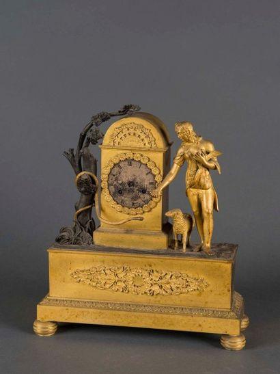 Pendule borne en bronze patiné et doré représentant...