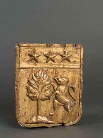 Ecusson en bois doré et sculpté aux armes...