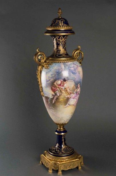 Important vase balustre en porcelaine bleu...