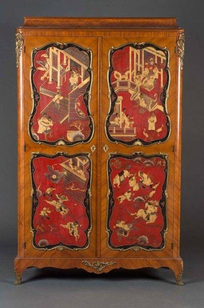 Armoire à doucine en placage de bois de rose....