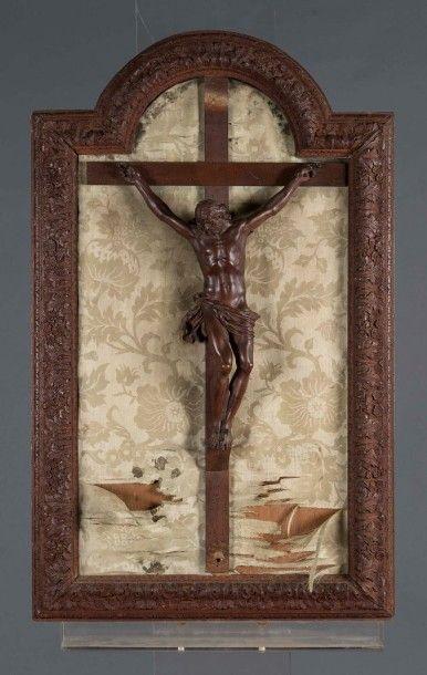 Christ en bois naturel sculpté dans un cadre...