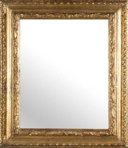 Miroir rectangulaire en bois doré sculpté...