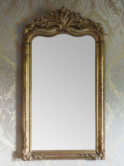Miroir en stuc doré fronton mouvementé, couronné...