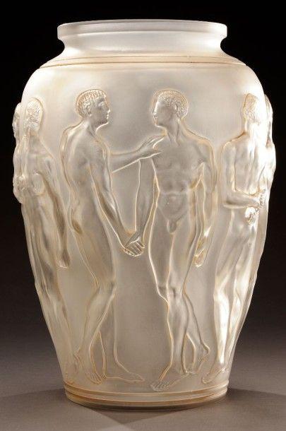 RENE LALIQUE (1860-1945) Vase PALESTRE Epreuve en verre blanc satiné, patine sépia,...