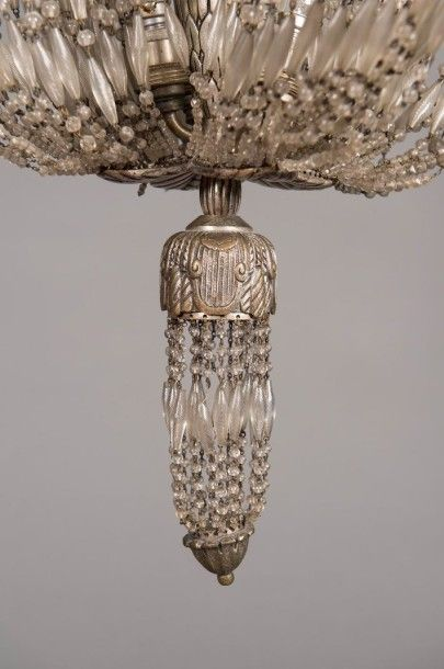 SIMONET FRÈRES Exceptionnel lustre en bronze argenté à fût fuselé à pans coupés souligné...
