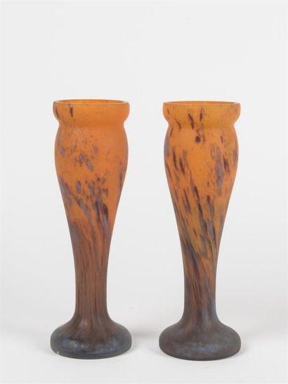 MODA (XXème siècle) Paire de vases reposant...