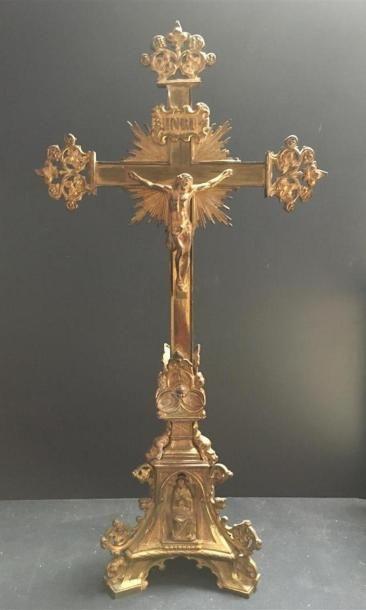 Grand crucifix en bronze doré H : 64cm