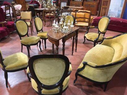 Salon comprenant une banquette, deux fauteuils...