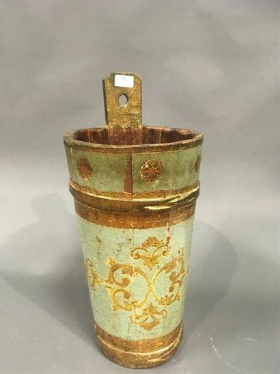 Seau en bois peint et doré Motifs d'arabesques...