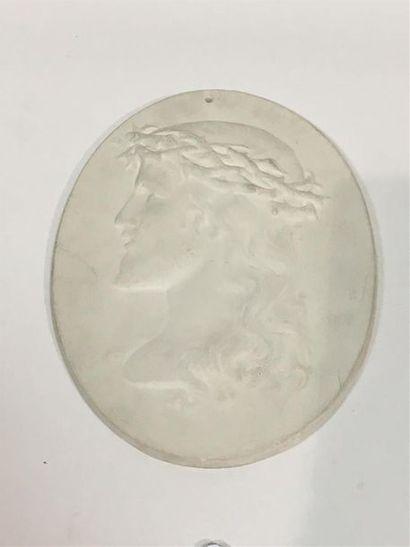 Christ dans un médaillon Platre H: 29 cm