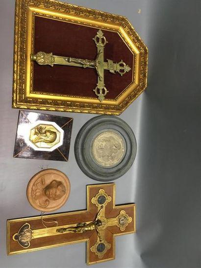 Lot divers comprenant crucifix, sujet en...