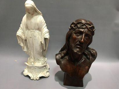 Christ en bois sculpté et Vierge en biscuit...
