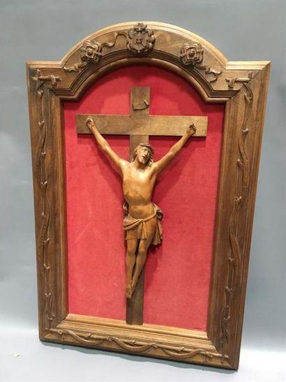 Crucifix en bois sculpté Fond velours rouge...