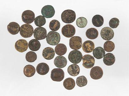 LOT de 35 bronzes romains HUIT SESTERCES...