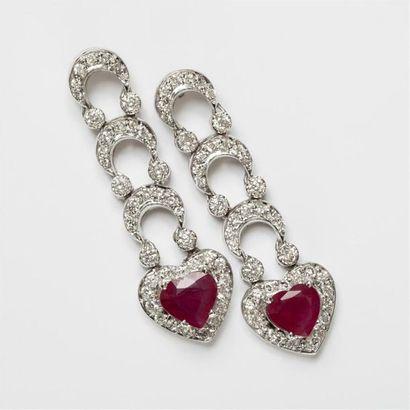 Paire de pendants d'oreilles en or blanc (750) 18K fer à cheval de diamants avec...