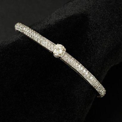 Bracelet jonc articulé ouvrant, maillons intégralement pavés de diamants, au centre...