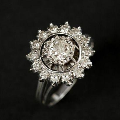 Bague marguerite en or blanc (750) 18K de 15 diamants, un diamant plus important...