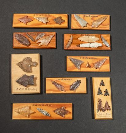 Vingt huit pointes de flèches néolithiques...