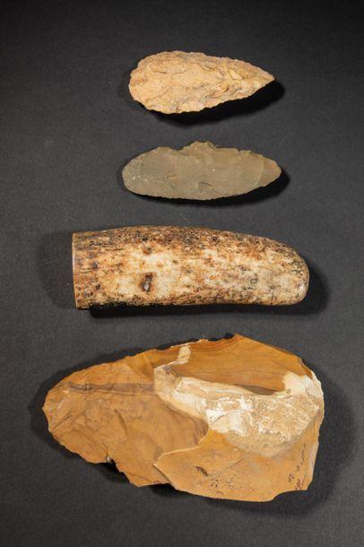 Quatre objets en pierres diverses dont deux...