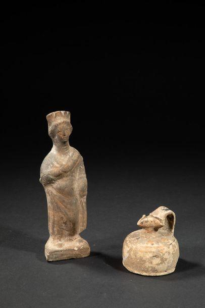 Trois céramiques.Statuette votive féminine,Hydrie...