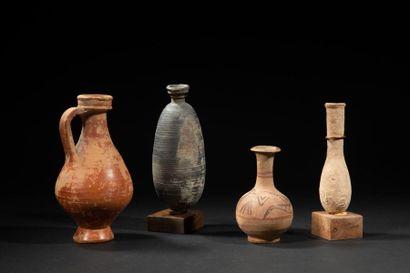 Cinq vases en terre cuite dont fioles,amphorisques...