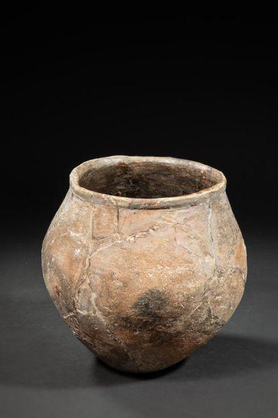 Vases en terre peu cuite - Epoque néolithique...