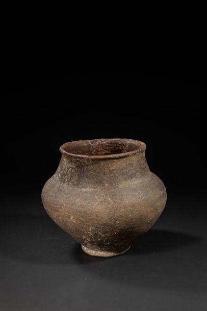 Vase - Terre cuite à panse large et piédouche...