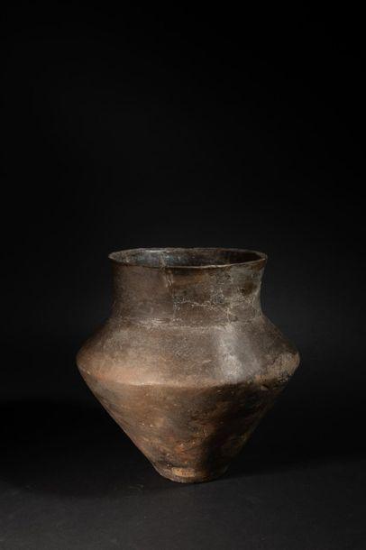 Grand vase globulaire à pied concave.Terre...