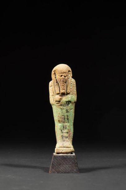 Oushebti inscrit d'une ligne verticale d'hiéroglyphes....