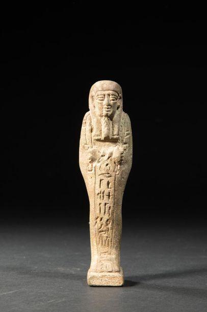 Oushebti inscrit d'hiéroglyphes.Fritte verdâtre....