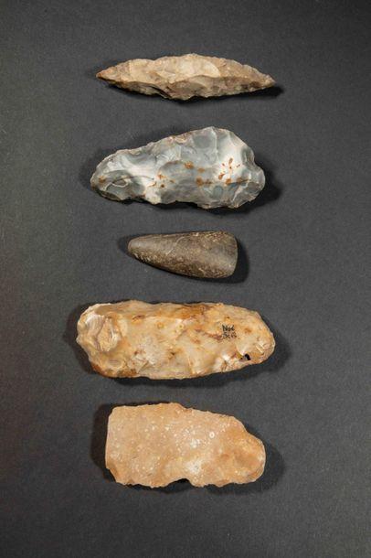 Hache polie néolithique en pierre mouchetée.L...