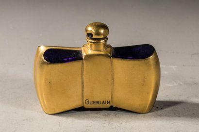 GUERLAIN « Coque d'Or » Flacon en cristal bleu recouvert d'une dorure, titré sur...