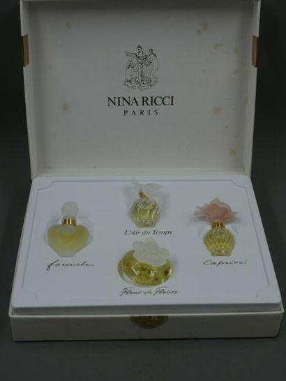 Nina Ricci - Coffret contenant cinq miniatures...