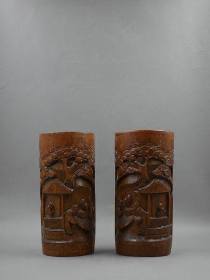 CHINE XX ème. Paire de Bitong en bambou sculpté...