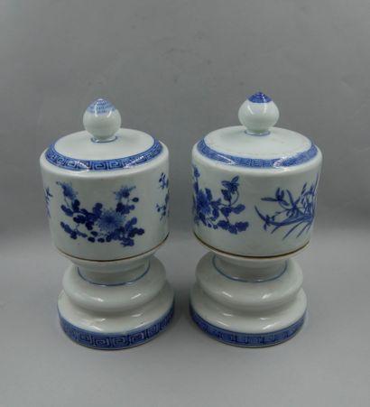 CHINE, XIXème siècle. Paire de bougeoirs...