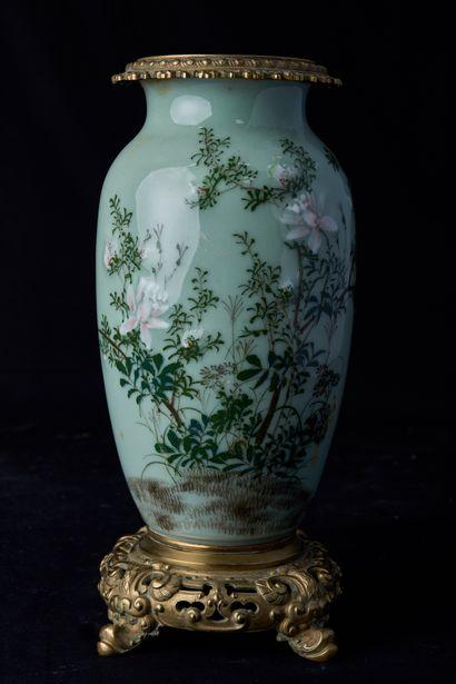 Chine, XXème siècle. Vase balustre monté...