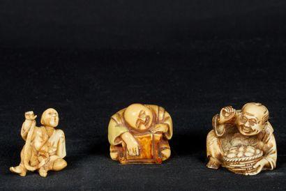 Japon, XXème siècle. Lot de 3 netsukes en...