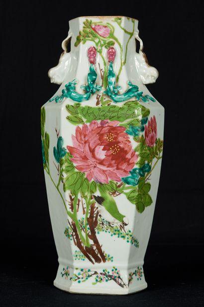 Chine, XXème siècle, marque au revers. Vase...