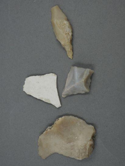 Quatre silex outils préhistoriques centimétriques....