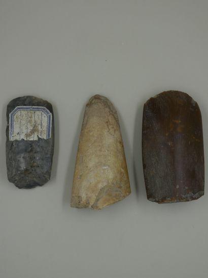 Trois fragments de haches polies dont avec...