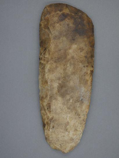 Grande hache herminette. Silex . Epoque néolithique....
