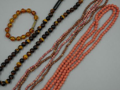 Lot de colliers fantaisie et un bracelet