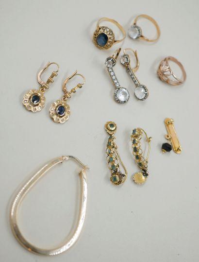 Lot de bijoux en or jaune 18k et 14k surmontés...