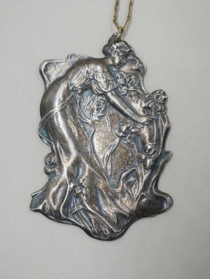 Collier Art nouveau en argent retenant un...