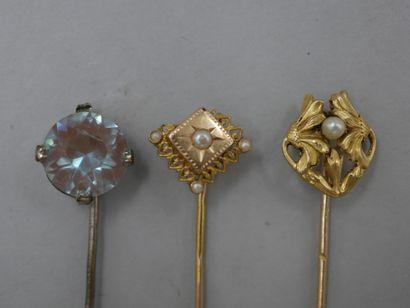 Lot de deux épingles en or jaune décorées...